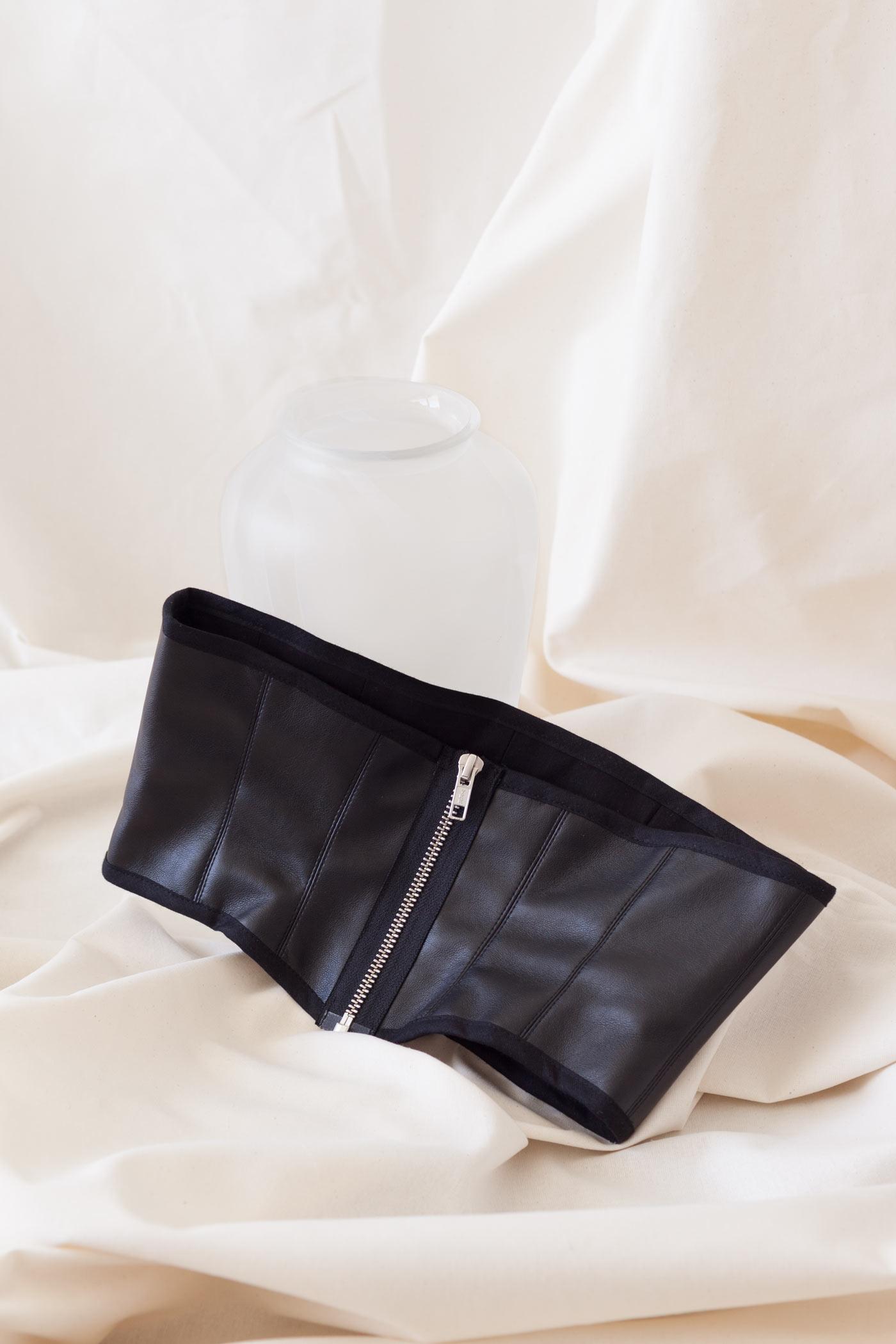 Fair hergestellter Gürtel im Corsagen-Look